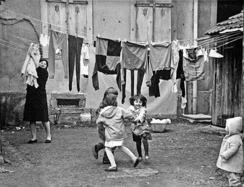 Gruppo di famiglia in un cortile