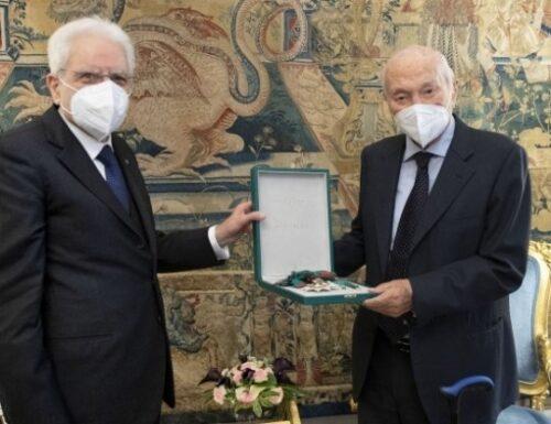 Mattarella ha conferito a Piero Angela la medaglia di Cavaliere di Gran Croce: 'Non me l'aspettavo. Mi ha emozionato'