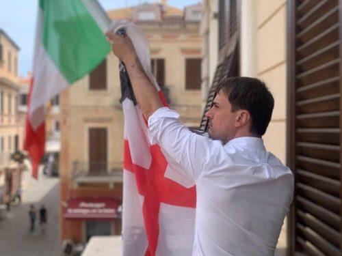 Sindaco di La Maddalena ammaina la bandiera per protestare contro la chiusura dell'ospedale nell'isola
