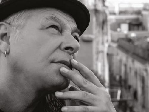 Enzo Gragnaniello, voce profonda e appassionata della Napoli più autentica