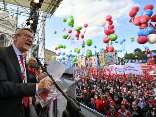Roma, manifestazione antifascista. Landini: 'Questa piazza parla a tutto il Paese. Dalla solidarietà ora si deve passare all'azione concreta''